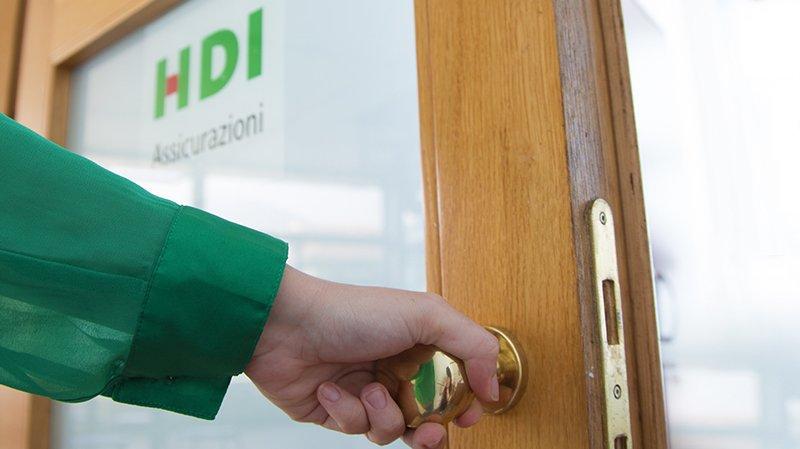 L'ingresso dell'agenzia di assicurazioni a Lecco